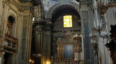 Interior de la iglesia de santa brigida en nápoles
