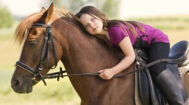 Pferd und kleines Mädchen