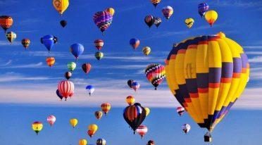 بالونات الهواء الساخن في السماء