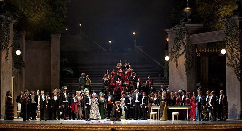 La Traviata al Teatro San Carlo di Napoli con la regia di Ferzan Ozpetek