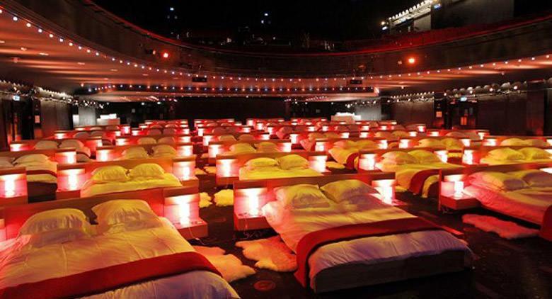 Cinema Hart con letti e divani a Napoli