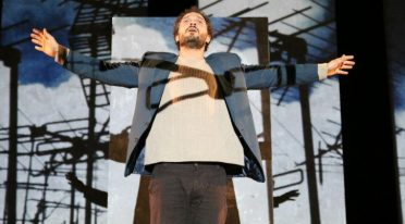 Claudio Santamaria auf der Bühne im Bellini Theatre in Neapel mit Gospodin