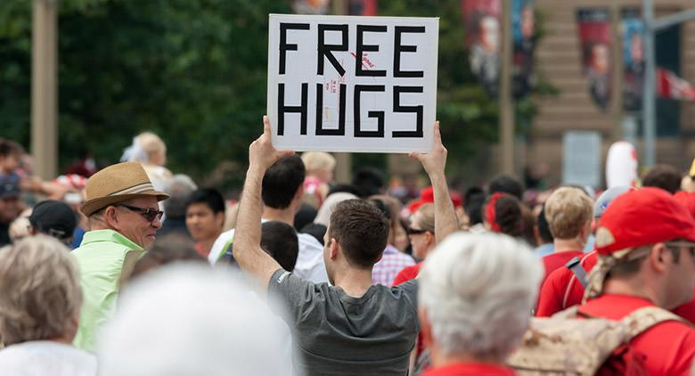 Abbracci gratis a Piazza del Plebiscito a Napoli