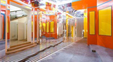 Die Installation von Daniel Buren im Madre Museum in Neapel