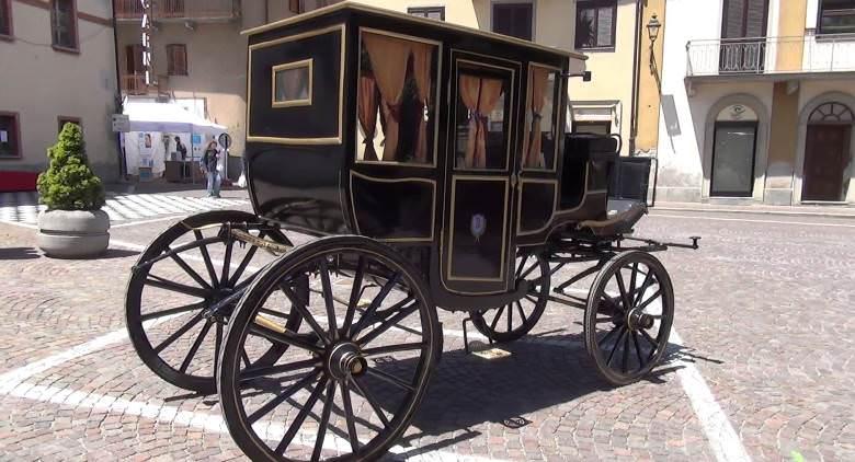 sfilata di carrozze d'epoca a Napoli