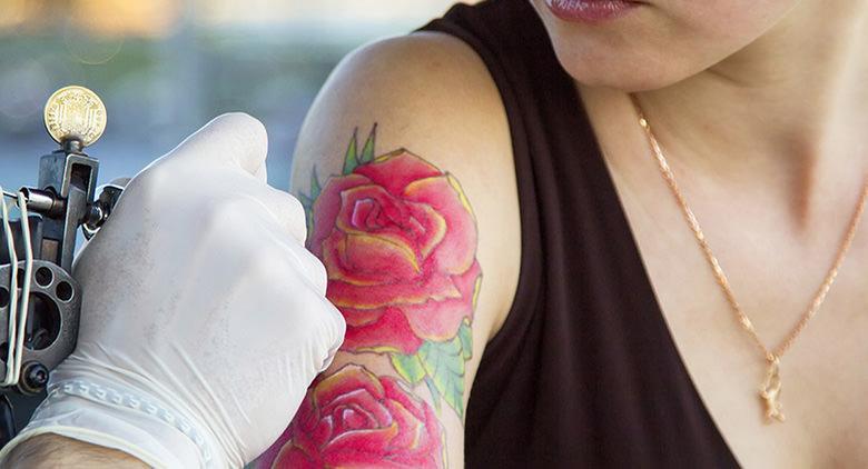 Tatuaggi senza prenotazione a Napoli per Emergency