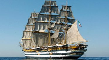 Das Schiff Amerigo Vespucci im Hafen von Neapel