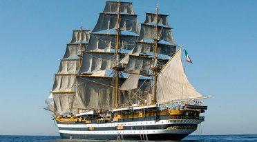 Le navire Amerigo Vespucci dans le port de Naples