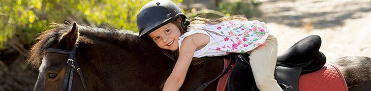 Una bambina a cavallo