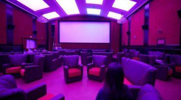 Cinema Hart a Napoli con letti e divani