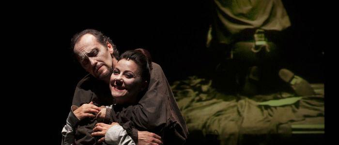 Luca Lazzareschi e Gaia Apreain una scena del Macbeth al Teatro Mercadante di Napoli