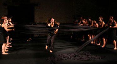 مشهد من العرض Odissea a / r لـ Emma Dante على المسرح في مسرح Bellini في نابولي