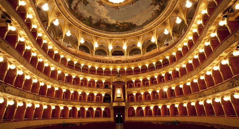 Capodanno 2017 al Teatro San Carlo di Napoli con visite guidate e brindisi