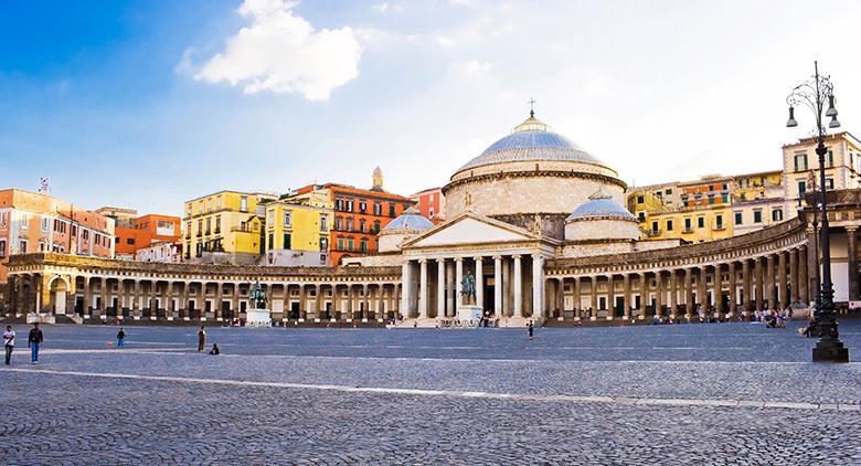 Piazza del Plebiscito a Napoli rinascerà con bar e botteghe artigianali