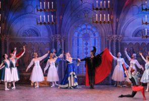 Il balletto classico Il Lago dei Cigni in scena al Teatro Bellini di Napoli