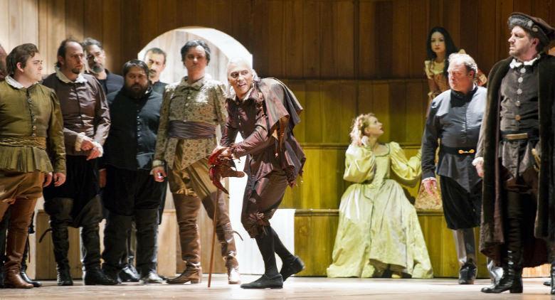 Il Rigoletto al Teatro San Carlo di Napoli con flash mob musicale in piazza