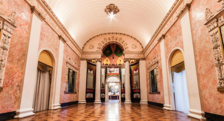 Visita al Palazzo San Teodoro a Napoli con tour virtuale nel '700 e passeggiata a Chiaia