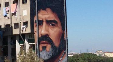 Jorit realizza un murales per Maradona a San Giovanni a Teduccio a Napoli