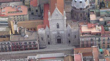 Isola pedonale a via Duomo a Napoli con eventi e musica