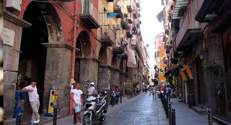 Via Tribunali a Napoli diventa area pedonale nei weekend