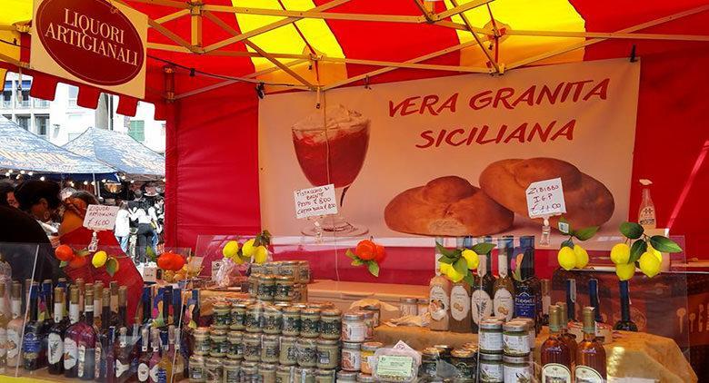 Festa siciliana a Napoli con prodotti tipici
