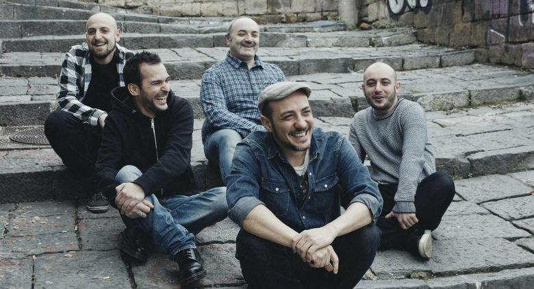 I Foja sfidano i fan a radersi i capelli in Piazza del Gesù, in palio ingressi al concerto e altri premi
