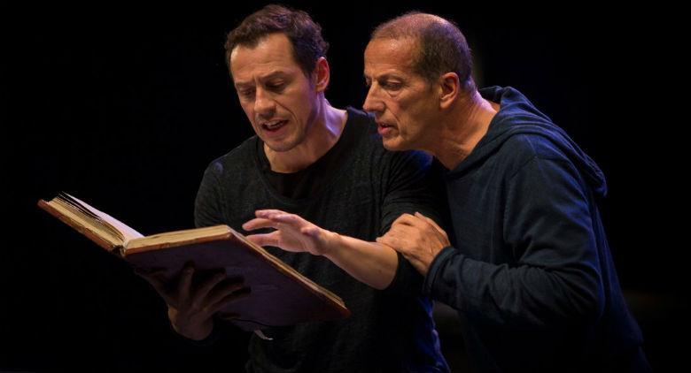 Stefano Accorsi e Marco Baliano in Giocando con Orlando al Teatro Bellini di Napoli