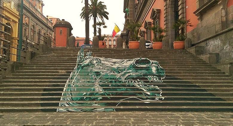 La testa di Cavallo Carafa sulla scalinata del Museo Archeologico di Napoli