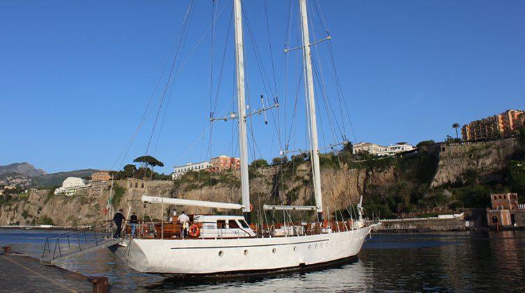 In veliero nel Golfo di Napoli per ricordare Totò