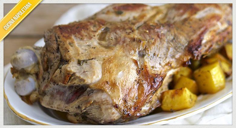 La ricetta per preparare l'agnello al forno con patate