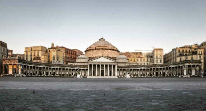 Piazza Plebiscito a Napoli rinasce con bar e botteghe