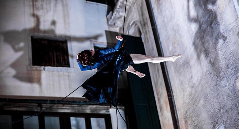 Sulla facciata di Palazzo San Giacomo a Napoli, la Danza Verticale