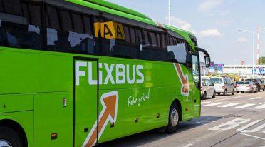حافلة Flixbus في نابولي مع مكتبة رقمية مجانية