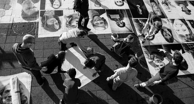 Sul Lungomare di Napoli si inaugura Inside Out, l'opera d'arte globale di JR
