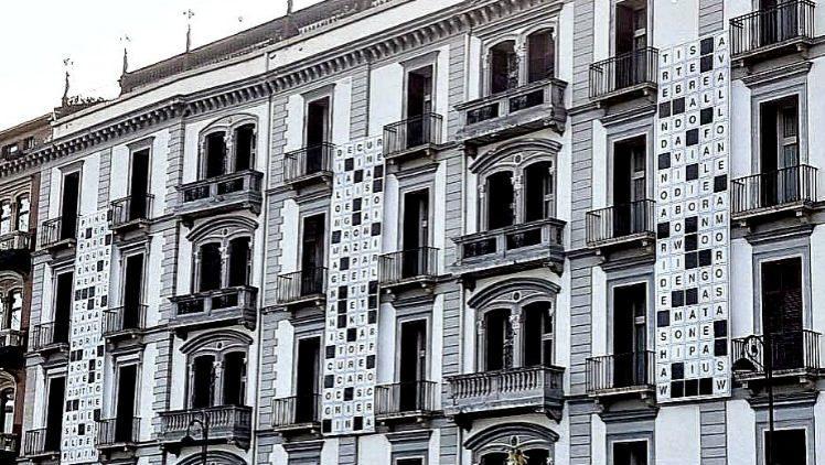 Esterno dell'hotel Parker's a Napoli con un cruciverba gigante