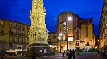 Spettacolo per Totò in Piazza San Domenico Maggiore a Napoli