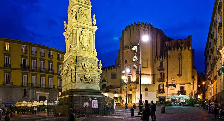 'O Maggio a Totò a Piazza San Domenico Maggiore