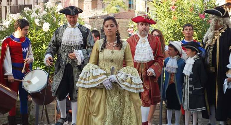 Figuranti in costume alla Reggia di Caserta per la festa barocca in ricordo di Diego d'Avalos