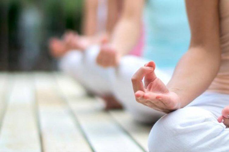 Yoga sulla terrazza del Complesso di Santa Chiara a Napoli