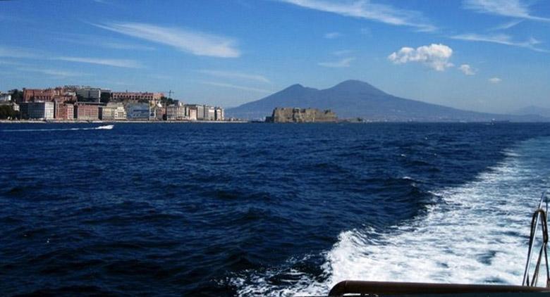 Batò Naples a Napoli, battello per ammirare la costa dal mare