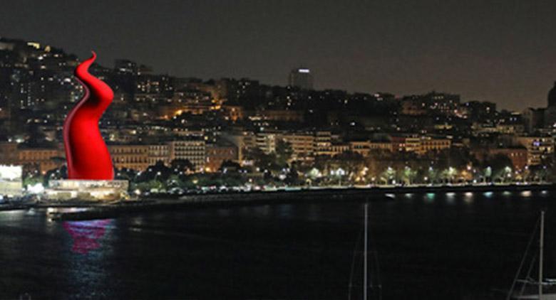 Corno rosso enorme alla Rotonda Diaz di Napoli per Natale 2017