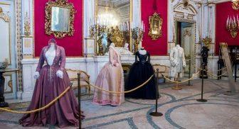 Abiti delle star internazionali nella mostra in Villa Pignatelli a Napoli