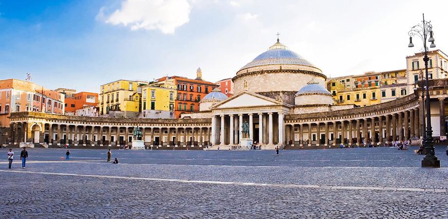 Vista di Piazza del Plebiscito a Napoli
