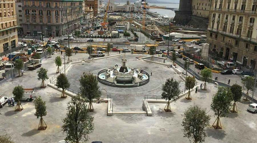 Piazza Municipio a Napoli, sì a tavoli e ombrelloni fuori a bar e ristoranti