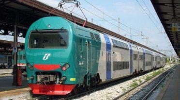 Trenitalia Züge halten am Torre Annunziata Bahnhof für den Einsturz des Gebäudes