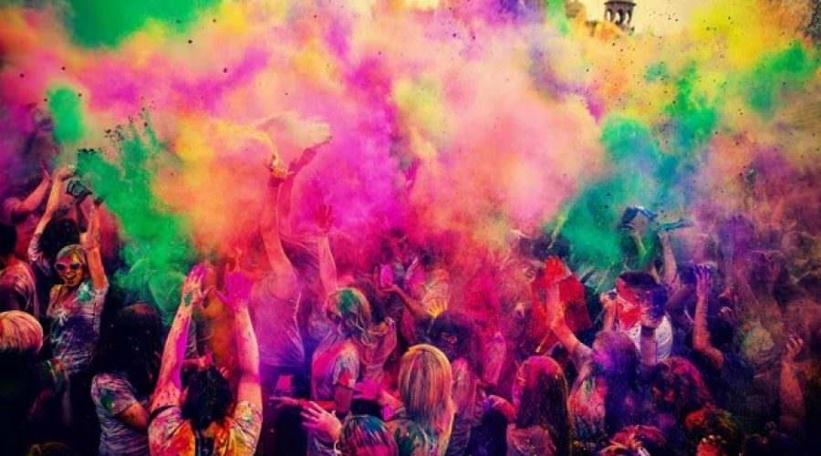 lancio delle polveri colorate all'Holi Festival