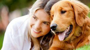 الفتاة مع الكلب