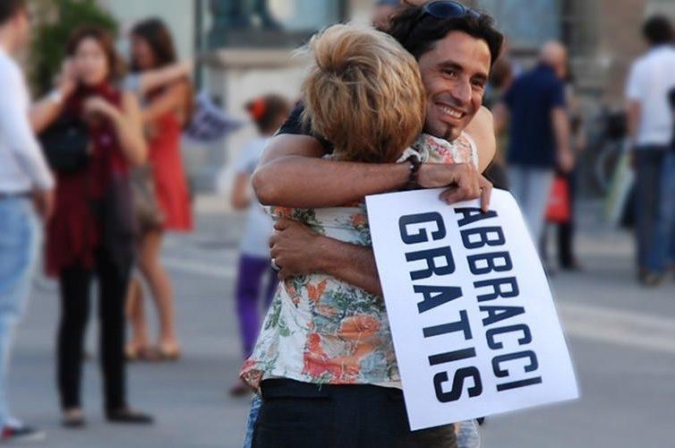 Abbracci gratis a Napoli in Piazza del Plebiscito