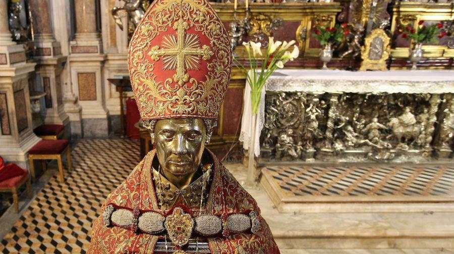 Napoli, il miracolo di San Gennaro: s'è sciolto il sangue