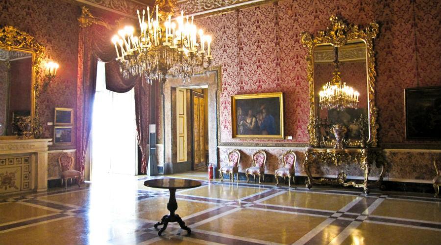 una delle sale che saranno osservate nella visita al palazzo reale a Napoli